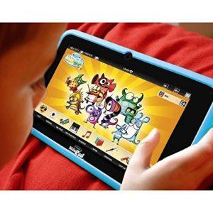 Garçon jouant à la tablette tactile KidsPad 4.